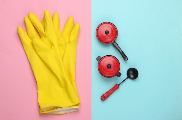 Zabawki kuchenne i przybory kuchenne na niebieskim różowym pastelu.