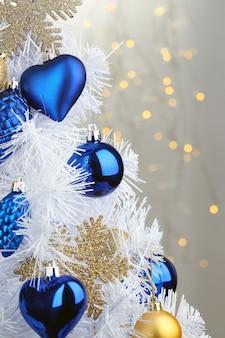 Zabawki na choince na tle świateł bożonarodzeniowych