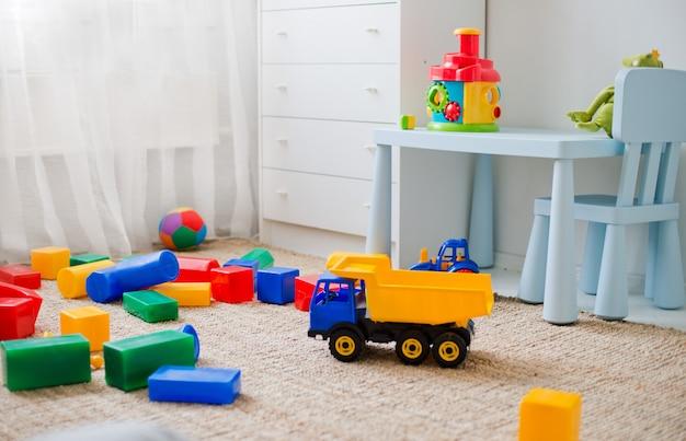 Zabawki na podłodze w pokoju dziecinnym