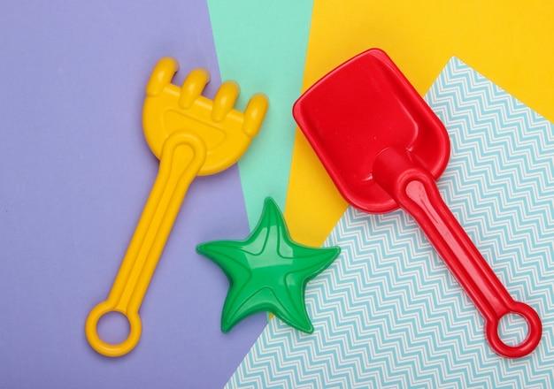 Zabawki plażowe dla dzieci lub zabawki piaskownicy na kolorowym