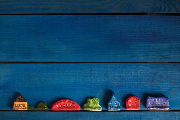 Zabawki ręcznie robione ciasto solne na ciemnym niebieskim tle