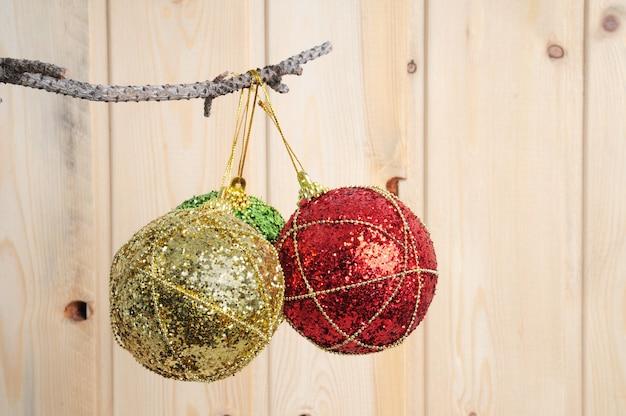 Zabawki świąteczne i noworoczne na drewnianej ścianie