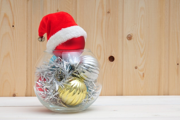 Zabawki świąteczne i noworoczne w szklanym akwarium