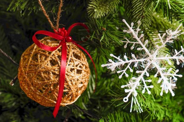 Zabawki świąteczne na drzewie z bliska