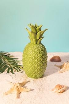 Zabawkowy ananas na plaży