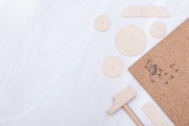 Zabawkowy młotek, gwoździe, drewniane detale. dzieci rozwijają koncepcję. skopiuj miejsce, leżał płasko.