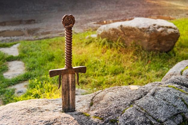 Zabawkowy model excalibur, miecz króla artura w kamieniu. broń ostra od legendarnego króla pro artura.