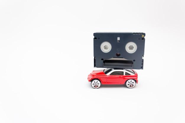 Zabawkowy samochód z taśmą wideo mini dv, koncepcja retro