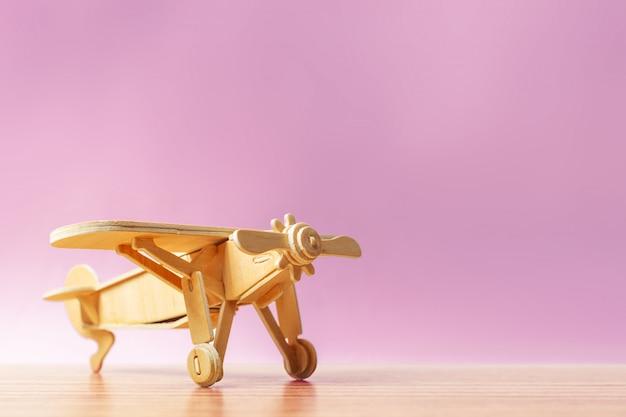 Zabawkowy samolot na stole