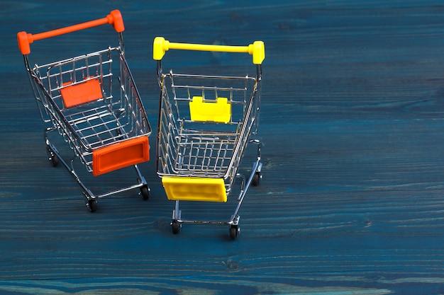 Zabawkowy wózek na zakupy na błękitny drewnianym