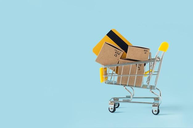 Zabawkowy wózek na zakupy z pudełkami i kartą kredytową