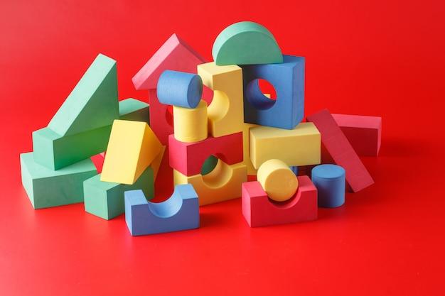 Zabawkowy zamek z kolorowych bloków