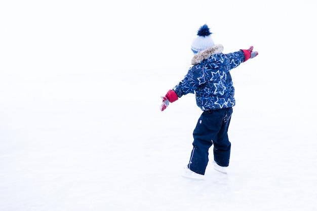Zabawna chwila - słodki chłopczyk spadł na lodowisko