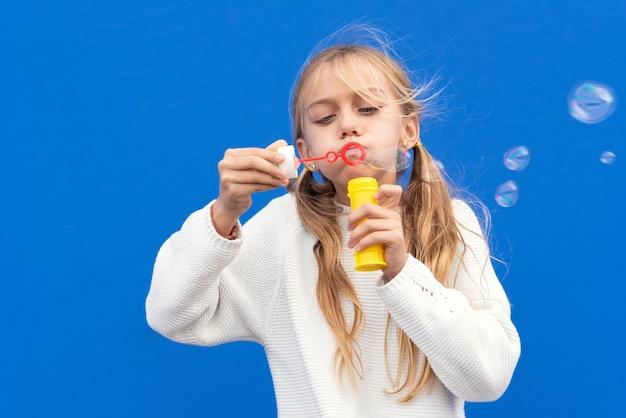 Zabawna dziewczyna dmuchanie baniek mydlanych