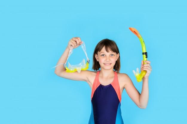 Zabawna dziewczyna na plaży z rurką maski do pływania w wodzie morskiej