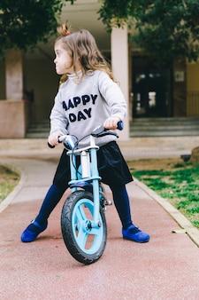 Zabawna dziewczyna na rowerze