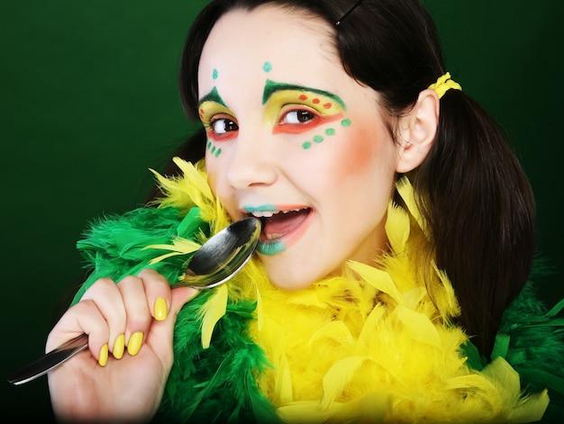 Zabawna dziewczyna na zielonym tle