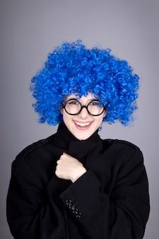 Zabawna dziewczyna niebieskie włosy w okularach i czarnym płaszczu.