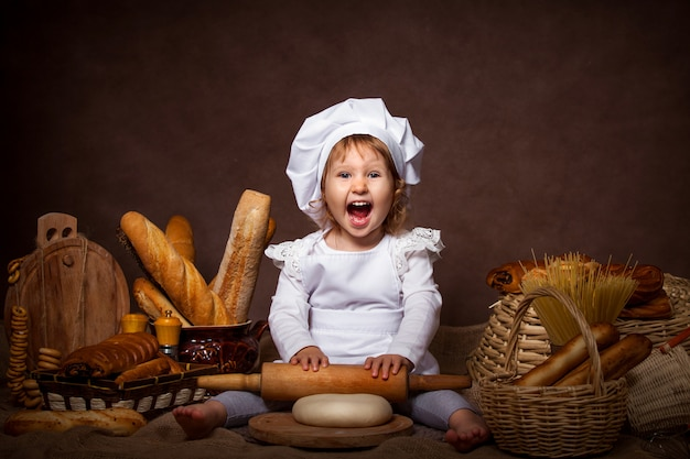 Zabawna dziewczyna pozuje się śmiać, gra szefa kuchni