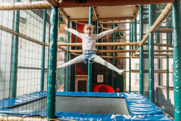 Zabawna dziewczyna skacze na trampolinie, centrum gier