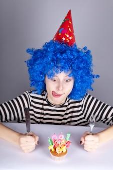 Zabawna dziewczyna z niebieskimi włosami z ciastem.