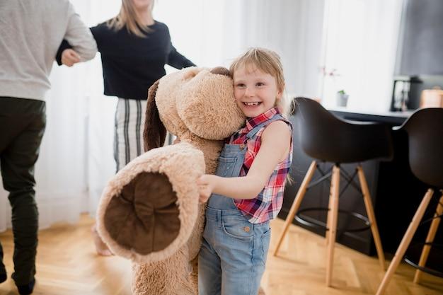 Zabawna dziewczyna z pluszową zabawką