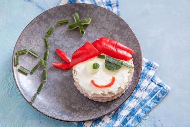 Zabawna kanapka dla dzieci w kształcie pirata