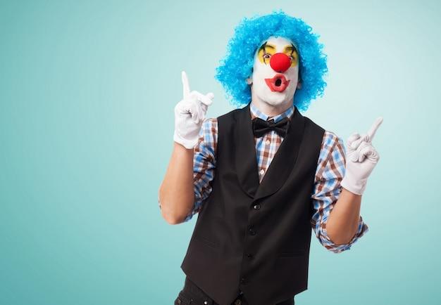 Zabawna klaun z niebieskim tle
