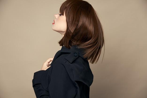 Zabawna kobieta stylowe ubrania dobry nastrój pozowanie studio przycięty widok wysokiej jakości zdjęcie