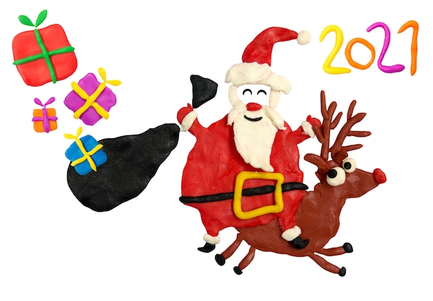 Zabawna kreskówka z plasteliny święty mikołaj jeździ na jeleniu z prezentami świątecznymi w swojej torbie.