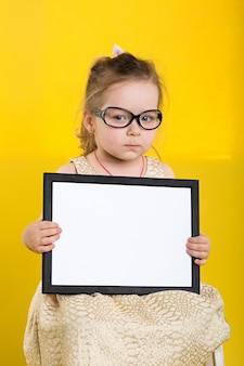 Zabawna mała dziewczynka