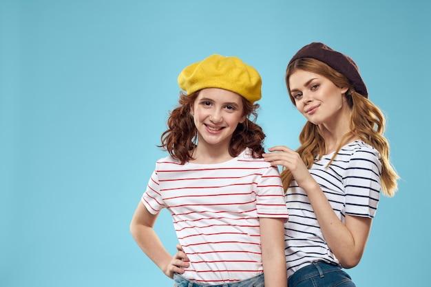 Zabawna mama i córka studio mody styl życia zabawa niebieskie tło rodziny