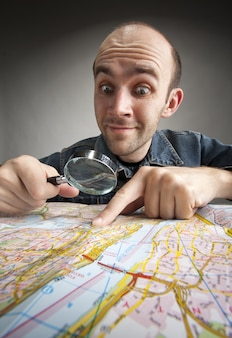 Zabawna mapa turystyczna z frajerem z lupą