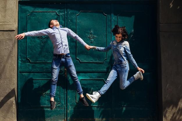 Zabawna para skacze na ulicy