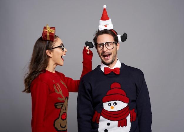 Zabawna para w czasie świąt bożego narodzenia