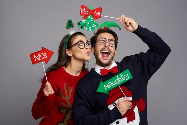 Zabawna para zakochana w gadżetach do fotobudki