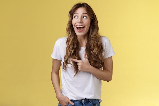 Zabawna rozbawiona urocza dziewczyna ciesz się niesamowitą imprezą, mając wspaniały czas spędzać niesamowity dzień miasto targi otwarte usta zaskoczony zafascynowany obserwuj podziw lgbtq duma parada szczęśliwe żółte tło