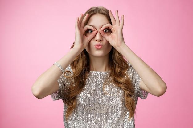 Zabawna śliczna atrakcyjna młoda europejska kobieta nie boi się być niedojrzała figlarna składane usta głupie pokaz...