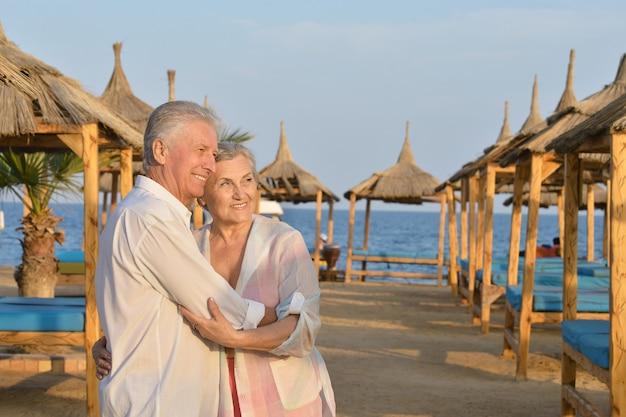 Zabawna starsza para odpoczywa na plaży?