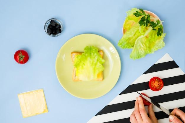 Zabawna sztuka jedzenia dla dzieci. biedronki kanapka na błękit ścianie. jak zrobić kreatywne śniadanie dla dzieci w domu. instrukcja krok po kroku, widok z góry.