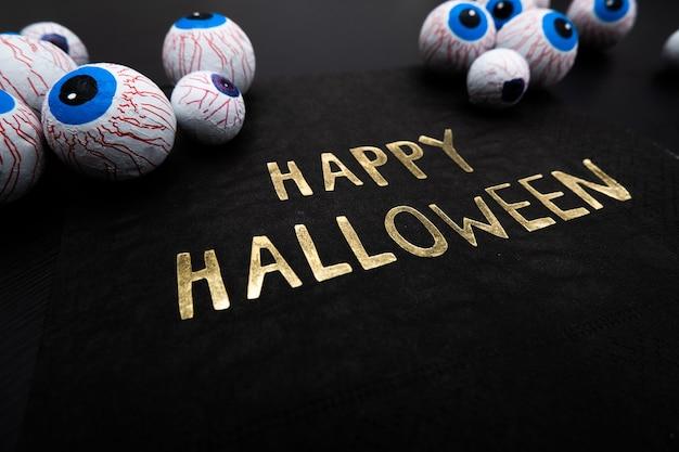 Zabawna uczta halloween - cukierkowe gałki oczne z serwetką napisane