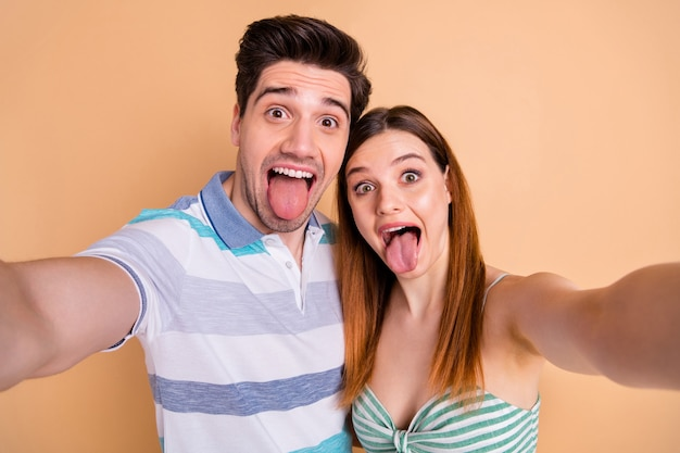 Zabawna urocza urocza para zakochana weź selfie