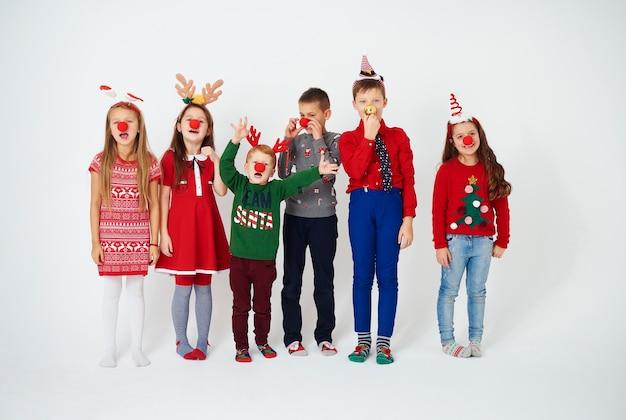 Zabawne dzieci z nosem klauna lub nosem rudolfa