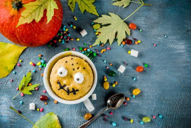 Zabawne dziecięce ciasto z kubkiem na halloween