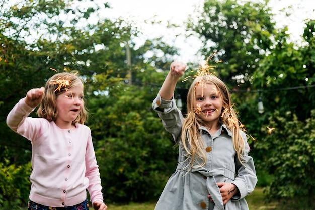 Zabawne małe dziewczynki