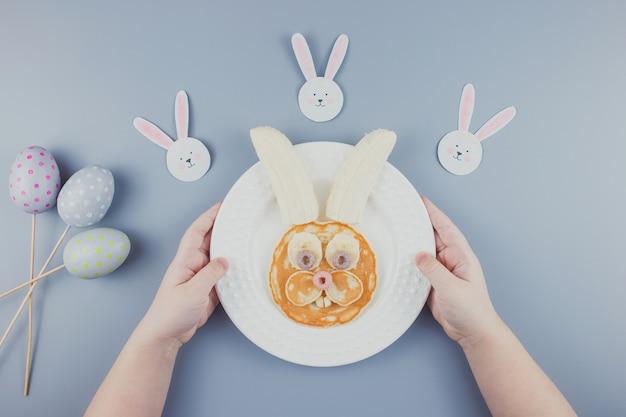 Zabawne naleśniki wielkanocne, śniadanie dla dziecka. naleśnik z bananem.