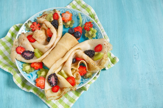 Zabawne naleśniki z jagodami w kształcie motyla dla dzieci