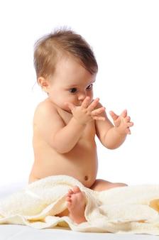 Zabawne, roczne dziecko robi komiczną minę i pokazuje pierwszy ząb