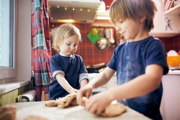 Zabawni chłopcy przygotowują ciasto