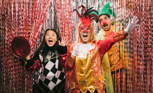 Zabawni przyjaciele z kostiumami na imprezie